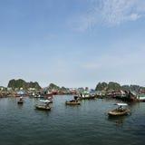 Βάρκα στον κόλπο του κόλπου halong Στοκ Φωτογραφίες