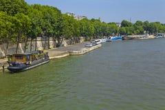Βάρκα στον ποταμό απλαδιών στο Παρίσι στοκ φωτογραφίες