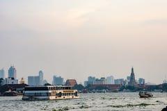 Βάρκα στον ποταμό και το Wat Arun Chao Phraya ο ναός στοκ εικόνες με δικαίωμα ελεύθερης χρήσης