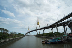 Βάρκα στον ποταμό και bridger και τη γέφυρα Στοκ Φωτογραφίες