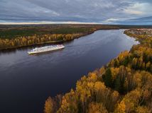Βάρκα στον ποταμό Φθινόπωρο Στοκ Εικόνες