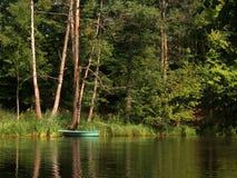 Βάρκα στον ποταμό στοκ εικόνα με δικαίωμα ελεύθερης χρήσης