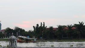 Βάρκα στον ποταμό απόθεμα βίντεο