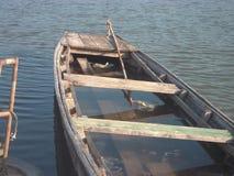 Βάρκα στον ποταμό απεικόνιση αποθεμάτων