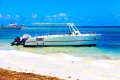 Βάρκα στον ωκεανό σε μια όμορφη ημέρα σε Punta Cana Στοκ εικόνα με δικαίωμα ελεύθερης χρήσης