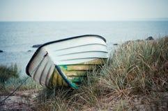 Βάρκα στους αμμόλοφους Στοκ εικόνα με δικαίωμα ελεύθερης χρήσης