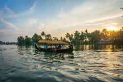 Βάρκα στο ηλιοβασίλεμα στην Ινδία στοκ φωτογραφία με δικαίωμα ελεύθερης χρήσης