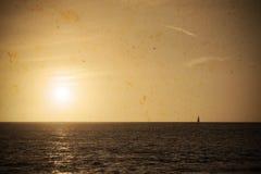 Βάρκα στο ηλιοβασίλεμα στον εκλεκτής ποιότητας τόνο Στοκ φωτογραφίες με δικαίωμα ελεύθερης χρήσης