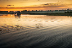 Βάρκα στο κίτρινο νερό billabong στην αυγή, Βόρεια Περιοχές, Au Στοκ Εικόνες