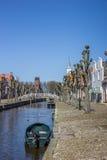 Βάρκα στο κεντρικό κανάλι ιστορικού Sloten Στοκ Εικόνα