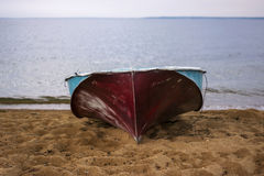 Βάρκα στο κοντινό νερό παραλιών Στοκ φωτογραφία με δικαίωμα ελεύθερης χρήσης