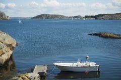 Βάρκα στο λιμενοβραχίονα θαλασσίως Στοκ Φωτογραφίες