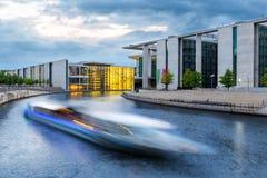 Βάρκα στο μέτωπο ξεφαντωμάτων της γερμανικής καγκελερίας, Βερολίνο στοκ φωτογραφία με δικαίωμα ελεύθερης χρήσης