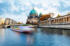 Βάρκα στο ξεφάντωμα ποταμών, Βερολίνο στοκ εικόνες με δικαίωμα ελεύθερης χρήσης