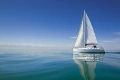 Βάρκα στο regatta ναυσιπλοΐας Πλέοντας γιοτ στο νερό στοκ εικόνα
