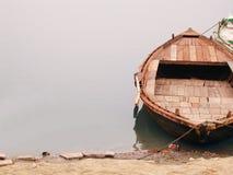 Βάρκα στο riverbank Στοκ φωτογραφίες με δικαίωμα ελεύθερης χρήσης