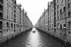 Βάρκα στο Speicherstadt του Αμβούργο Στοκ φωτογραφία με δικαίωμα ελεύθερης χρήσης