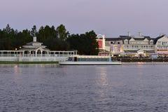 Βάρκα ταξί που φεύγει από λιμενικό, μπροστά από τον καλό βικτοριανό γύρο σε λιμενικό, στη λίμνη Buen στοκ εικόνες με δικαίωμα ελεύθερης χρήσης