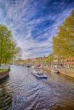 Βάρκα ταξιδιού σε ένα από τα πολλαπλάσια κανάλια της πόλης Harlem στις Κάτω Χώρες Στοκ φωτογραφία με δικαίωμα ελεύθερης χρήσης