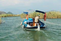 Βάρκα τουριστών γύρων ατόμων στον ποταμό Dalyan σε Mugla, Τουρκία Στοκ Εικόνες