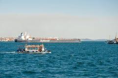 Βάρκα τουριστών και βάρκα φορτίου στο στενό της Ιστανμπούλ Bosphorus Στοκ Φωτογραφίες