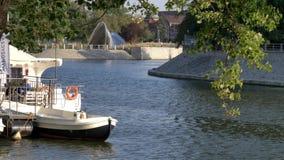 Βάρκα τουριστών πόλεων στον ποταμό απόθεμα βίντεο