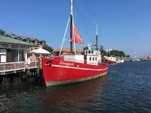 Βάρκα τουριστών στην αποβάθρα σε Heiligenhafen, Γερμανία Στοκ φωτογραφία με δικαίωμα ελεύθερης χρήσης