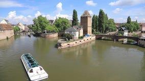 Βάρκα τουριστών στον ανεπαρκή ποταμό στο Στρασβούργο απόθεμα βίντεο