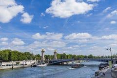 Βάρκα τουριστών στον ποταμό Σηκουάνας από Pont Alexandre ΙΙΙ στο Παρίσι, Fra Στοκ Εικόνες