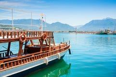Βάρκα τουριστών στο λιμένα Alanya, Τουρκία Στοκ φωτογραφία με δικαίωμα ελεύθερης χρήσης