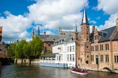 Βάρκα τουριστών στο κανάλι στη Μπρυζ σε μια όμορφη θερινή ημέρα, Βέλγιο Στοκ εικόνα με δικαίωμα ελεύθερης χρήσης