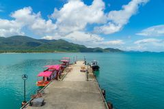 Βάρκα τουριστών στο λιμενοβραχίονα στη tripial θάλασσα στην ηλιόλουστη ημέρα στοκ φωτογραφίες