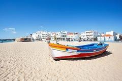 Βάρκα του Φίσερ στην παραλία Armacao de Pera στην Πορτογαλία Στοκ Φωτογραφίες