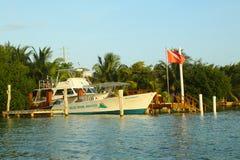 Βάρκα υπηρεσιών κατάδυσης της Μπελίζ στον καλαφάτη Caye Στοκ εικόνα με δικαίωμα ελεύθερης χρήσης
