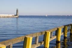 Βάρκα φάρων και αποβαθρών στο υπόβαθρο στοκ εικόνα με δικαίωμα ελεύθερης χρήσης