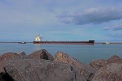 Βάρκα φορτίου που εισάγει το λιμάνι στοκ φωτογραφία με δικαίωμα ελεύθερης χρήσης