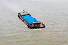 Βάρκα φορτίου στον ποταμό Qiantang Στοκ φωτογραφία με δικαίωμα ελεύθερης χρήσης
