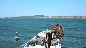 Βάρκα ψαρά που επιπλέει στη θάλασσα απόθεμα βίντεο