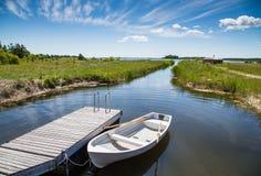 Βάρκα ψαράδων στην ακτή Muhu Στοκ Εικόνες