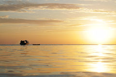 Βάρκα ψαράδων στο νησί Sabah Mabul το βράδυ Στοκ Εικόνα