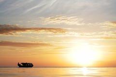 Βάρκα ψαράδων στο νησί Sabah Mabul το βράδυ Στοκ Φωτογραφίες