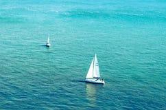 Βάρκα δύο στη μέση της θάλασσας στοκ εικόνες με δικαίωμα ελεύθερης χρήσης