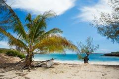 Βάρκα Abadoned στην αμμώδη παραλία στον κόλπο Μαδαγασκάρη Antsiranana Στοκ Εικόνες