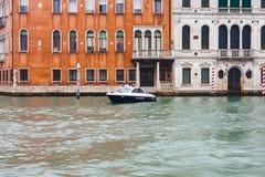 Βάρκα Carabinieri στο μεγάλο κανάλι, Βενετία Στοκ Εικόνες