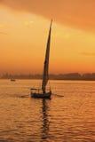 Βάρκα Felucca που πλέει με τον ποταμό του Νείλου στο ηλιοβασίλεμα, Luxor Στοκ εικόνες με δικαίωμα ελεύθερης χρήσης