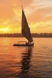 Βάρκα Felucca που πλέει με τον ποταμό του Νείλου στο ηλιοβασίλεμα, Luxor Στοκ Εικόνες