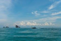 Βάρκα Longtail με το υπόβαθρο νησιών Poda σε Krabi Το Poda είναι διάσημη οργανωμένη περιήγηση ταξιδιού νησιών με την παραδοσιακή  Στοκ Εικόνες