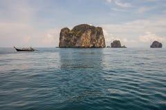 Βάρκα Longtail με το υπόβαθρο νησιών Poda σε Krabi Το Poda είναι διάσημη οργανωμένη περιήγηση ταξιδιού νησιών με την παραδοσιακή  Στοκ φωτογραφία με δικαίωμα ελεύθερης χρήσης