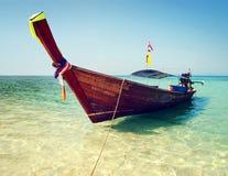 Βάρκα Longtail που επιπλέει στα σαφή νερά της Ταϊλάνδης Στοκ Εικόνες