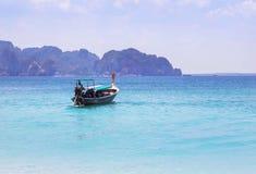 Βάρκα Longtail που πλέει με την τροπική andaman θάλασσα με το μικρό υπόβαθρο νησιών ασβεστόλιθων Στοκ Φωτογραφίες